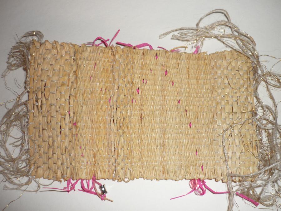 pièces tissées pour accessoire = chaine : lin et or , trame : raphia et perles (verso)