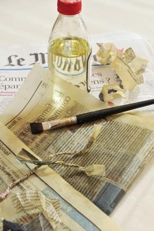 Pages du journal Le Monde avec de l'huile de lin