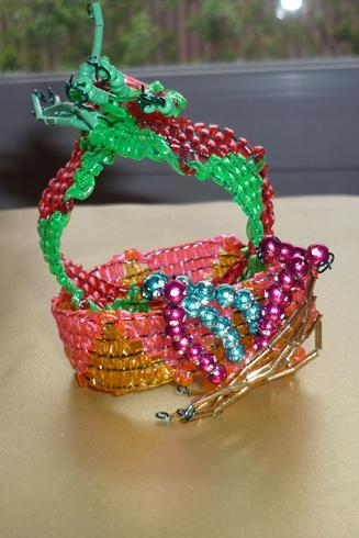 Sculpture faite de deux bracelets scoubidous