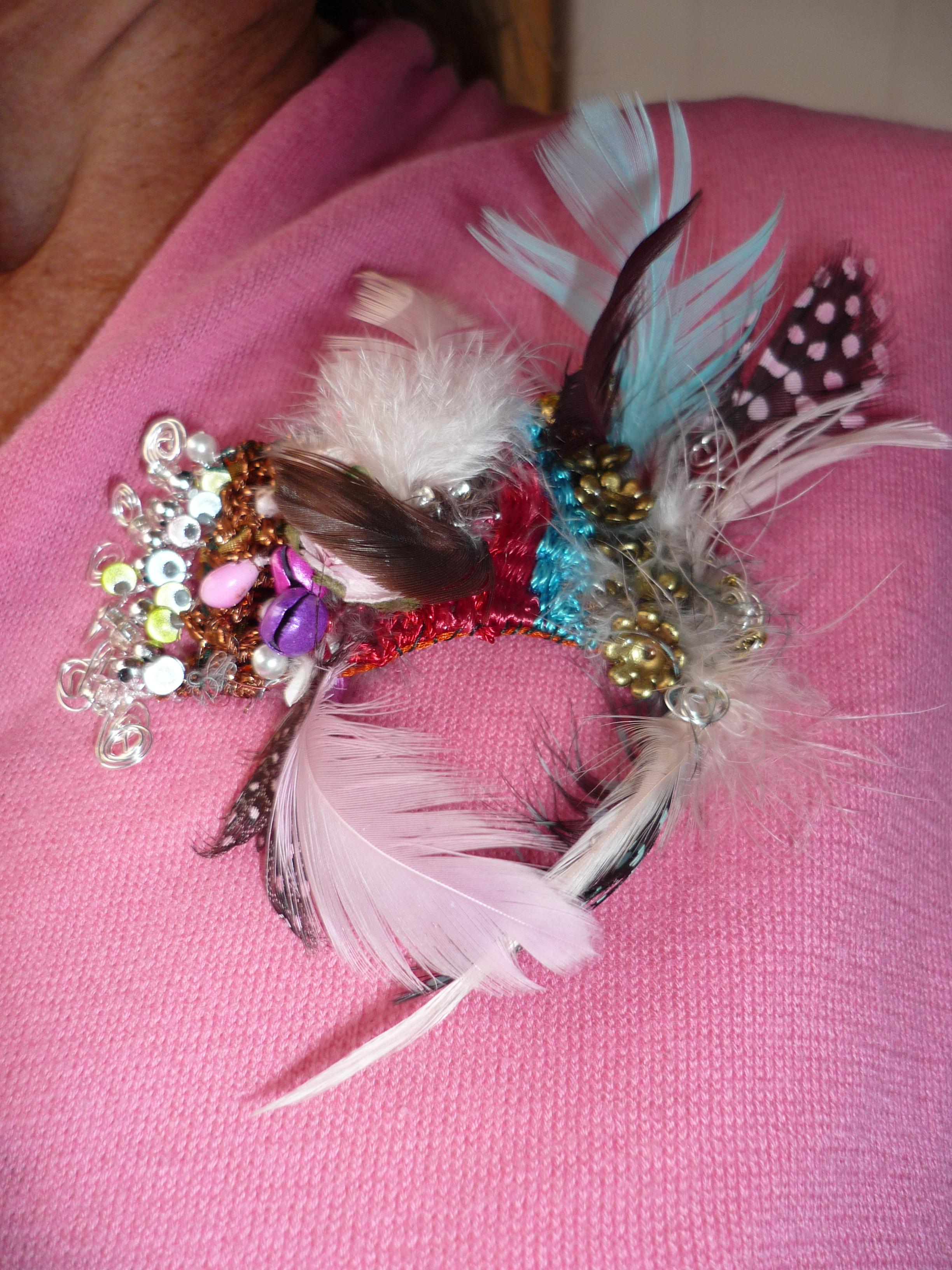 plumes, perles, paillettes, grelots, matières textiles