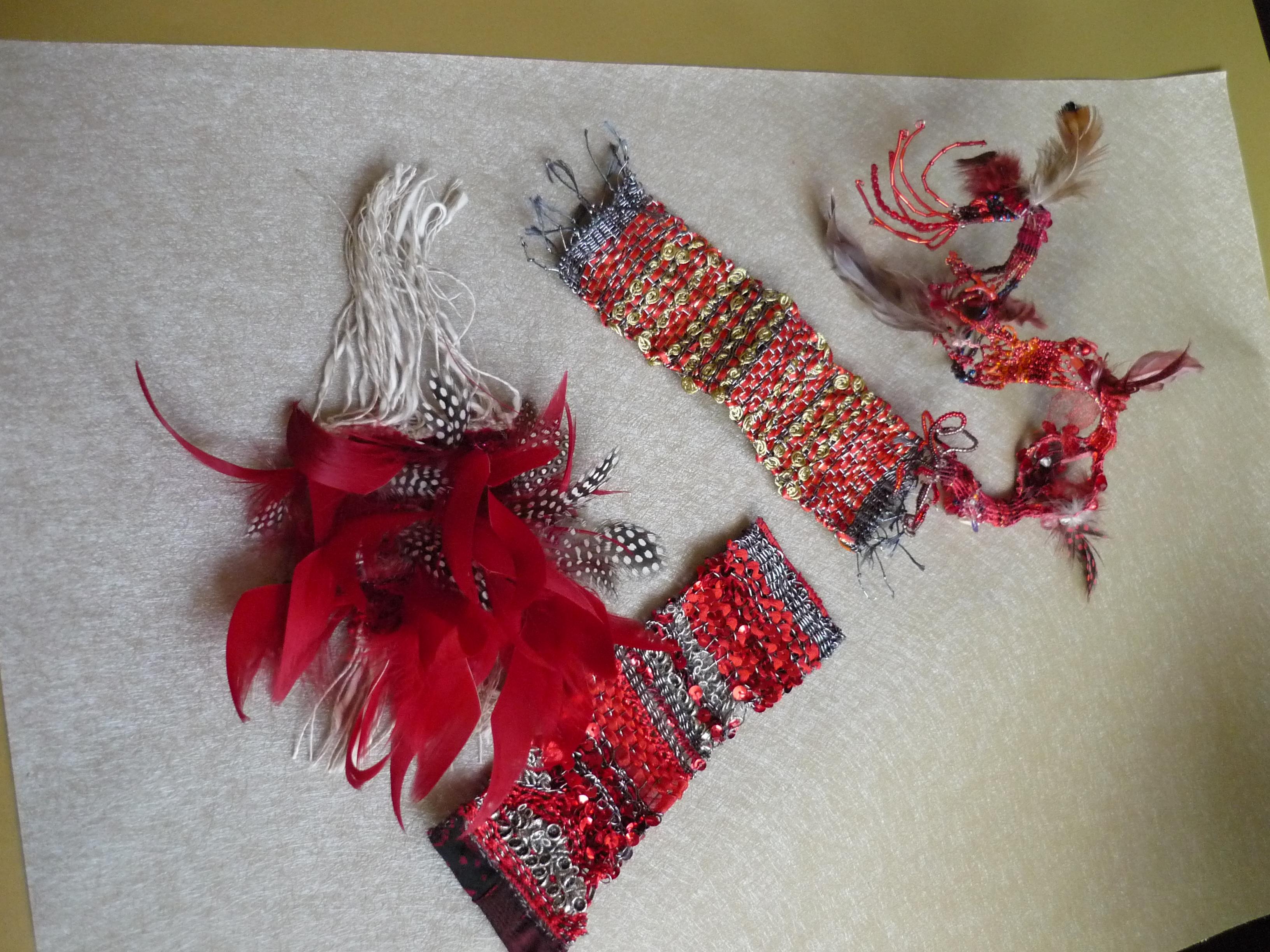 ensemble : Bracelet or, bracelet rouge-argent, broche, et accesoire bracelet-collier qui peut être une sculpture, un objet de décoration